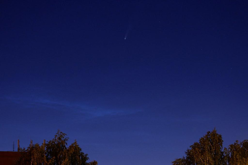 фото: Комета NEOWISE и серебристые облака