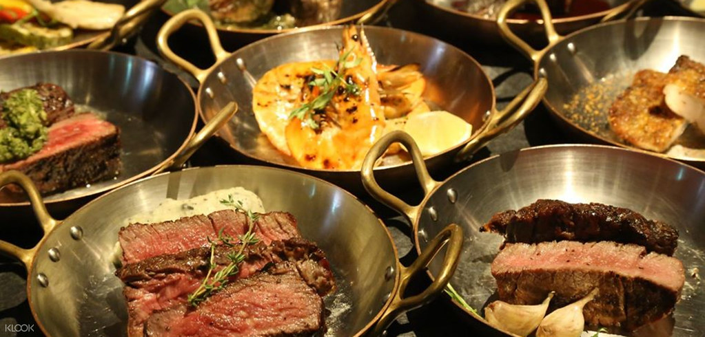 圖6 - KLOOK線上旅展推出多重美食優惠,其中《台北君品酒店茶苑》雙人平日午晚餐牛排吃到飽限量47折,可無限加點頂級牛排,以及沙拉、例湯、甜...