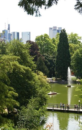 Frankfurt, Palmengarten, großer Weiher und Blick zur Skyline(large pond & view of skyline)