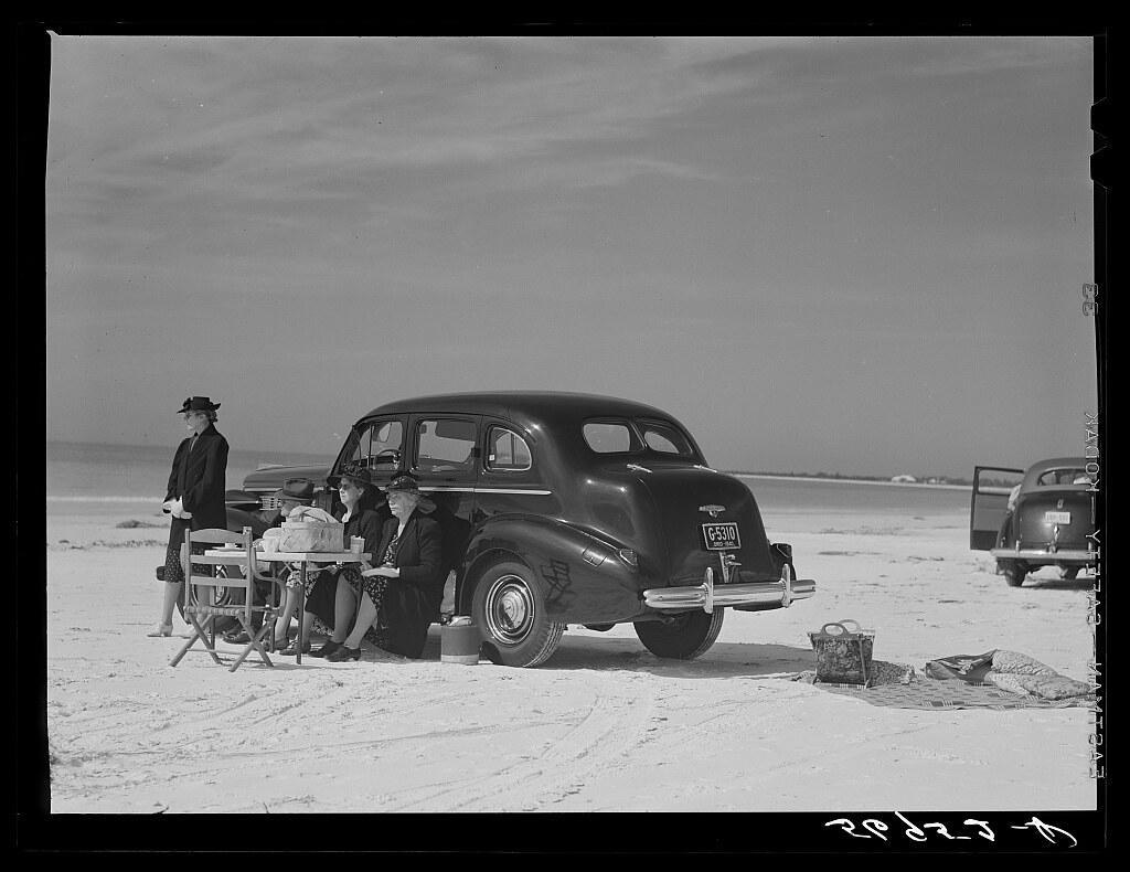 Guests of Sarasota trailer park, Sarasota, Florida, picnicking at the beach (LOC)