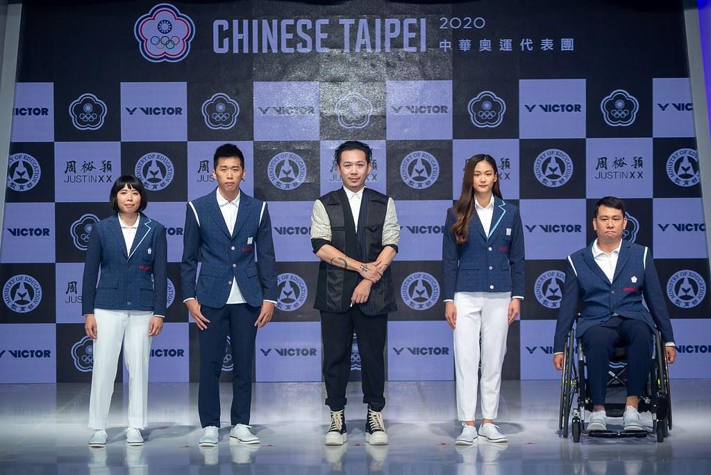 由周裕穎設計的東京奧運中華隊進場服今(23)日首亮相,由中華隊好手李智凱(左2)、文姿云(右2)與帕奧選手程銘志(右1)、李凱琳(左1)穿著展示。