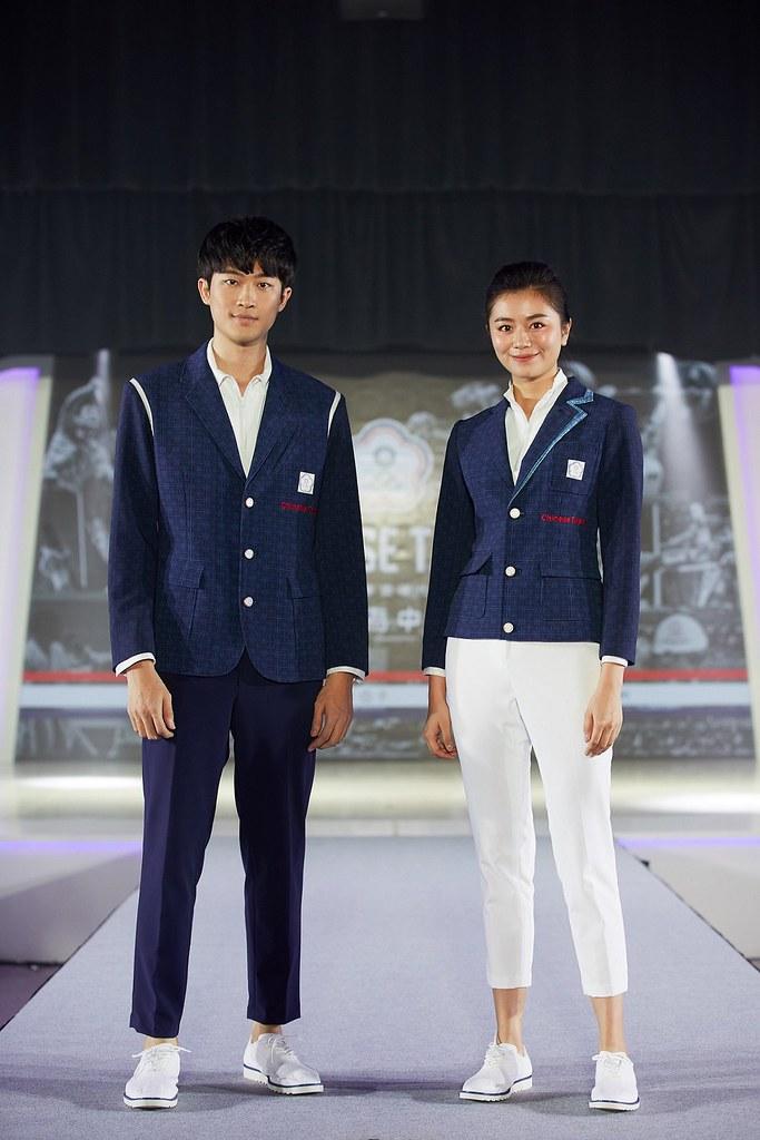 Model展演周裕穎設計的東京奧運中華隊進場服