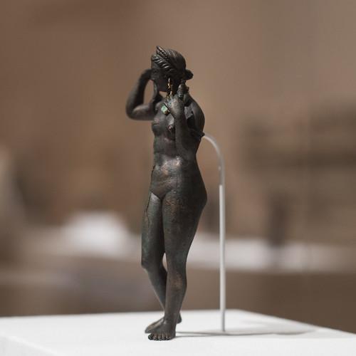 Statuette of Aphrodite Anadyomene (2)