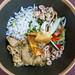 Draufsicht von schwarzer Schüssel mit Curry-Huhn, Reis und saisonalem Gemüse bei Q11 auf Mallorca