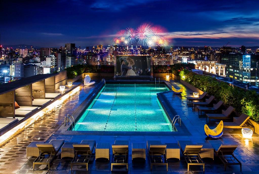 選擇機加酒入住台北晶華酒店,有機會在飯店頂樓露天泳池畔遠眺大稻埕情人節煙火