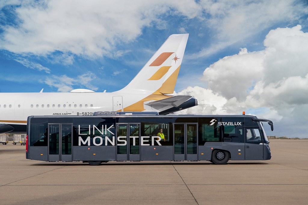 乘坐帥氣的Link Monster接駁至機坪