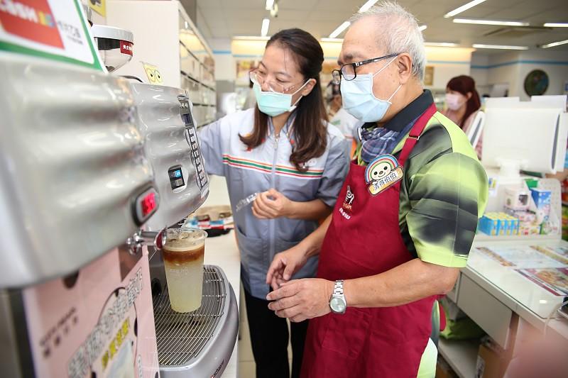 65歲長輩清得在7-ELEVEN門市店員協助下製作咖啡中
