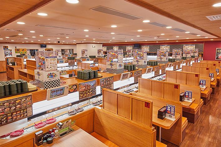 藏壽司信義ATT店內裝潢使用濃濃日式風味的木質做主調,且每個用餐空間皆有隔板,讓消費者們能享有舒適的個人空間
