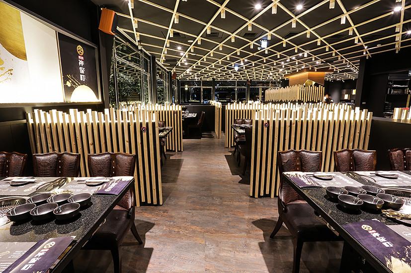 燒肉神保町採用新潮的店內設計,明亮寬敞的空間提供消費者舒適的用餐體驗