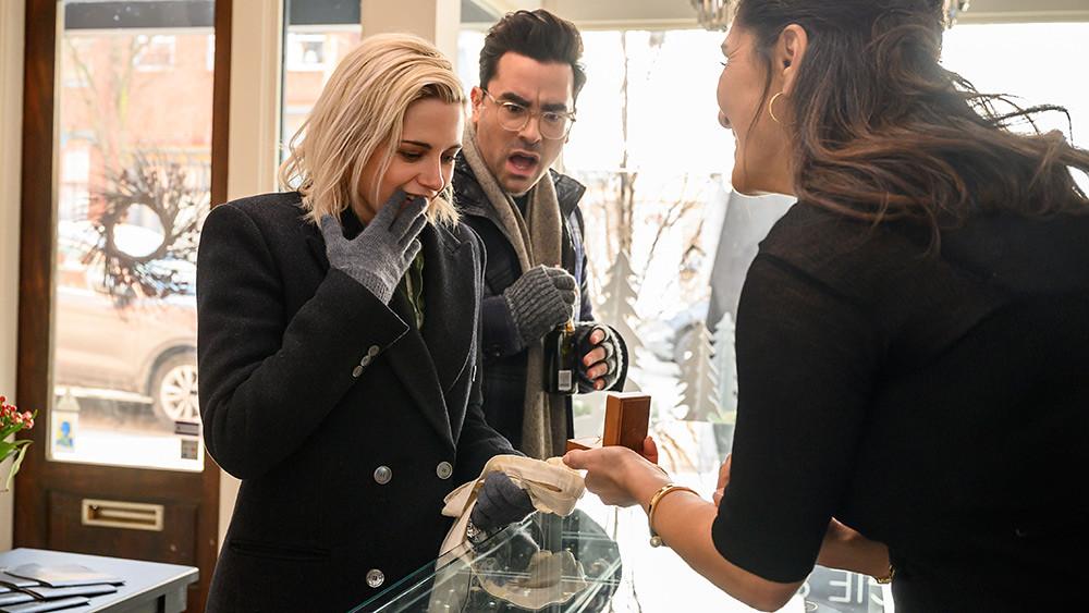 【求婚好意外】克莉絲汀史都華飾演的艾比打算在聖誕假期和麥坎西戴維斯飾演的哈珀求婚-1