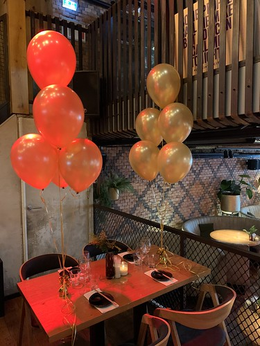 Tafeldecoratie 6ballonnen Goud Cafe in the City Rotterdam