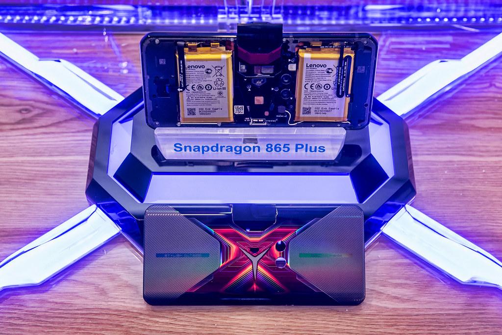 新聞照片04_ Lenovo Legion Phone Duel採用ATA 中置架構 將主機版置於中央 提供橫向模式進行遊戲的舒適與便利