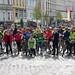 Politikerfoto_mit knieendem-RLOÖ Vorsitzenden_vor Start_Rad-Parade