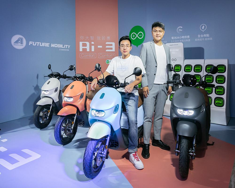 圖說:Gogoro-Network™充電站,輕鬆換電六秒就GO。左為宏佳騰智慧電車特助鍾亞成,右為宏佳騰執行長林東閔。