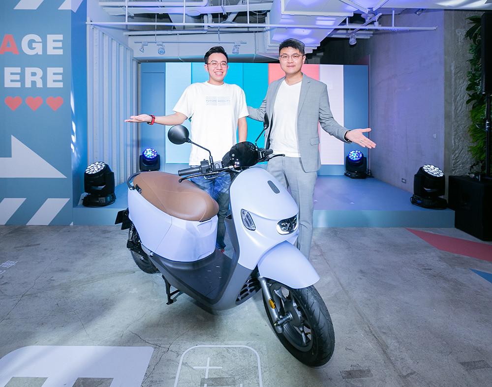 說:宏佳騰智慧電車Ai-3,美型車身與貼心設計,對輕鬆駕車的嚮往,讓夢想生活更簡單,左為宏佳騰智慧電車特助鍾亞成,右為宏佳騰執行長林東閔。