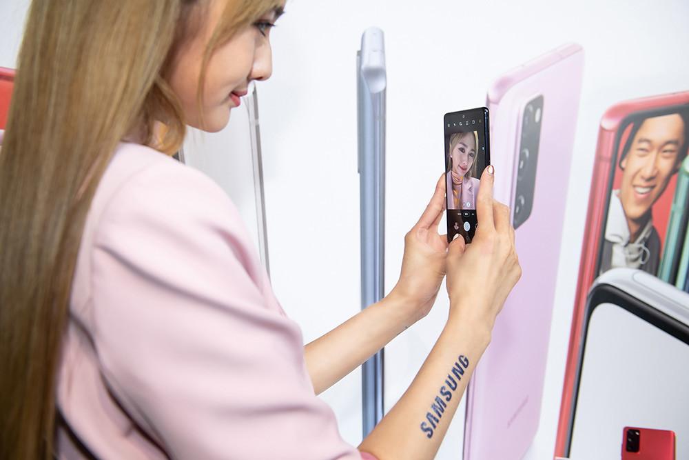 新聞照片21:Model展示Samsung-Galaxy-S20-FE-5G旗艦手機-(顏色:療癒藍)