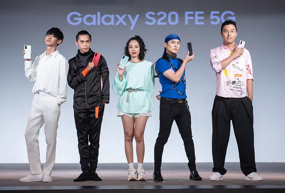 新聞照片26:Samsung-Galaxy-S20-FE-5G旗艦手機上市記者會KOL展示手機(顏色左至右:清新白狂野紅、率真綠、療癒藍、浪漫紫)