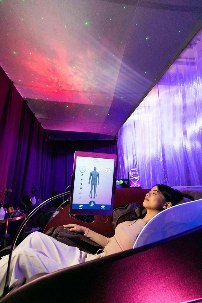 「OSIM-uDream-5感養身椅」,以超群科技首創「AI壓力檢測」,匯集視覺、聽覺、嗅覺、味覺及觸覺5感體驗打造「個人化」紓壓按摩程式,不只養身、更養心。汲取大自然完美協調優雅外型,成就萬眾矚目的劃世代強力新作!-4