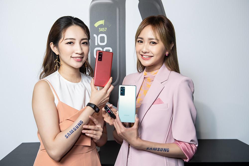 新聞照片23:Model展示Samsung-Galaxy-S20-FE-5G旗艦手機-(顏色左至右:狂野紅、率真綠)
