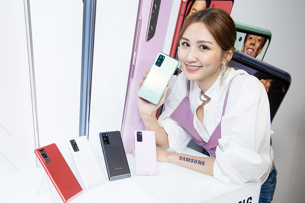 新聞照片22:Model展示Samsung-Galaxy-S20-FE-5G旗艦手機-(顏色左至右:狂野紅、清新白、療癒藍、浪漫紫、率真綠)