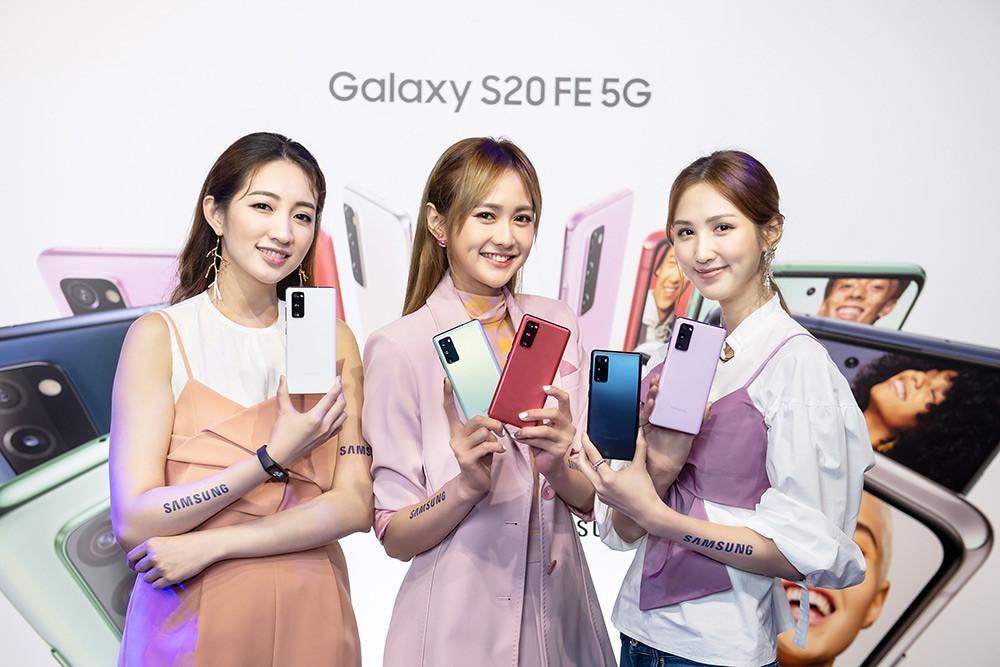 新聞照片24:Model展示Samsung-Galaxy-S20-FE-5G旗艦手機-(顏色左至右:清新白、率真綠、狂野紅、療癒藍、浪漫紫)