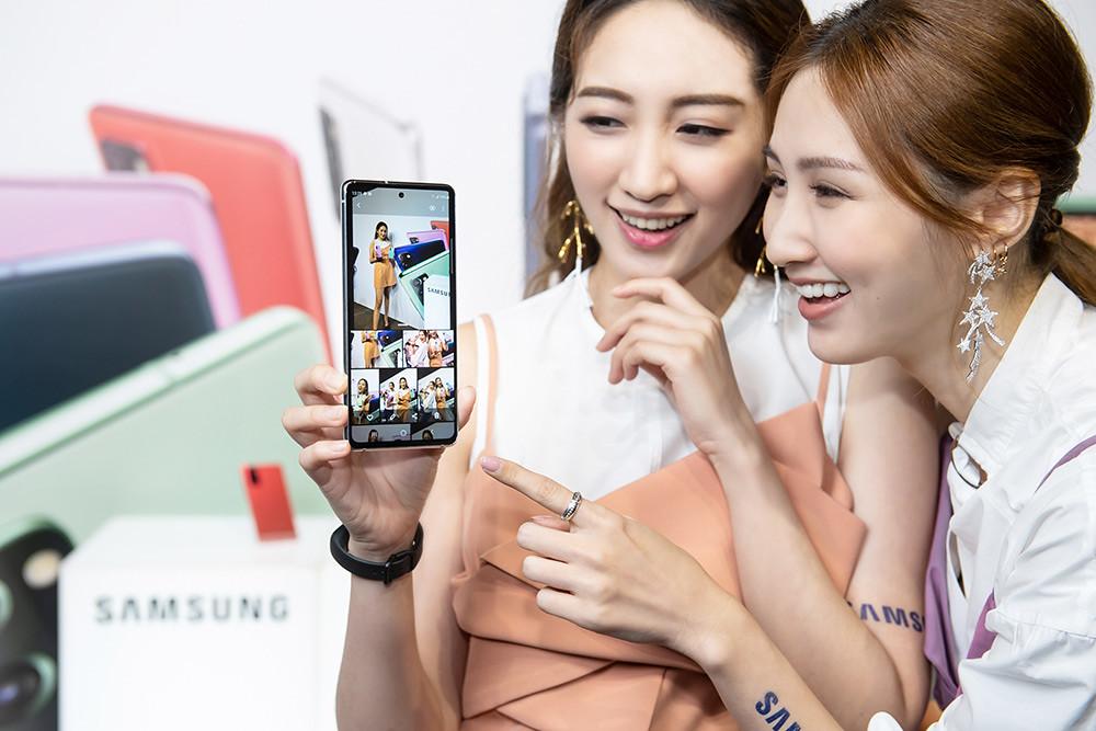 新聞照片20:Model展示Samsung-Galaxy-S20-FE-5G旗艦手機-(顏色:率真綠)