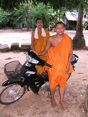 """These kindly monks were totally fascinated seeing their picture on my camera's LCD screen despite it being a puny 1.8"""" one"""