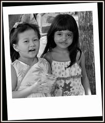 Deux fillettes de Phnom Penh au Cambodge .