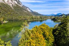 Blick auf den Reintalersee mit den Brandenberger Alpen. Drohnenaufnahme von Herbstlandschaft