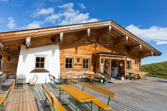Dauerstoa Alm: Hütte mit mit Aussichtsterrasse bei der Bergstation der Wiedersbergerhornbahn