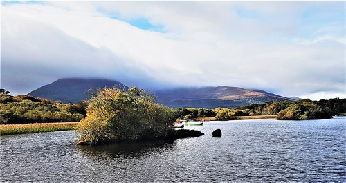 Ireland, Killarney, Ross Castle – cloud-covered mountains