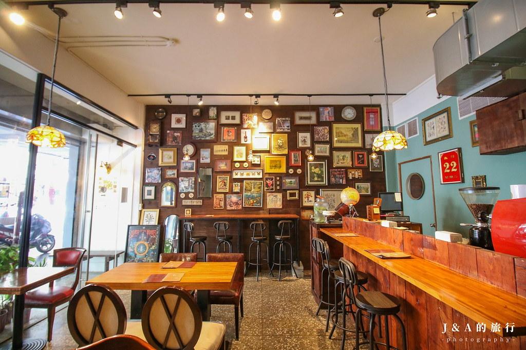 充滿古典藝文氣息的艷紅酒咖哩,兩種香料咖哩與炸翼板牛排、廣島牡蠣、竹筴魚等六種主食任你搭配。艷紅酒咖哩 @J&A的旅行