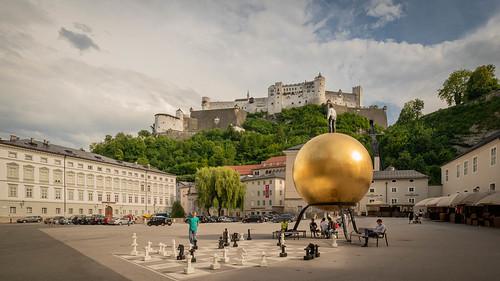 """Salzburg; Kapitelplatz - Skulptur """"Kugel mit männlicher Figur"""""""