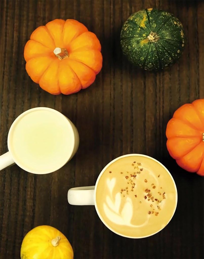 猿田彥珈琲|季節限定|南瓜黑糖拿鐵(右)|推薦價190元南瓜牛奶(左)|推薦價170元。