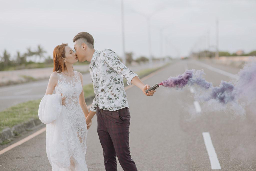 台南自助婚紗|唯美浪漫兼具個性街頭的彩色煙霧婚紗|Weiwan 手工婚紗-14