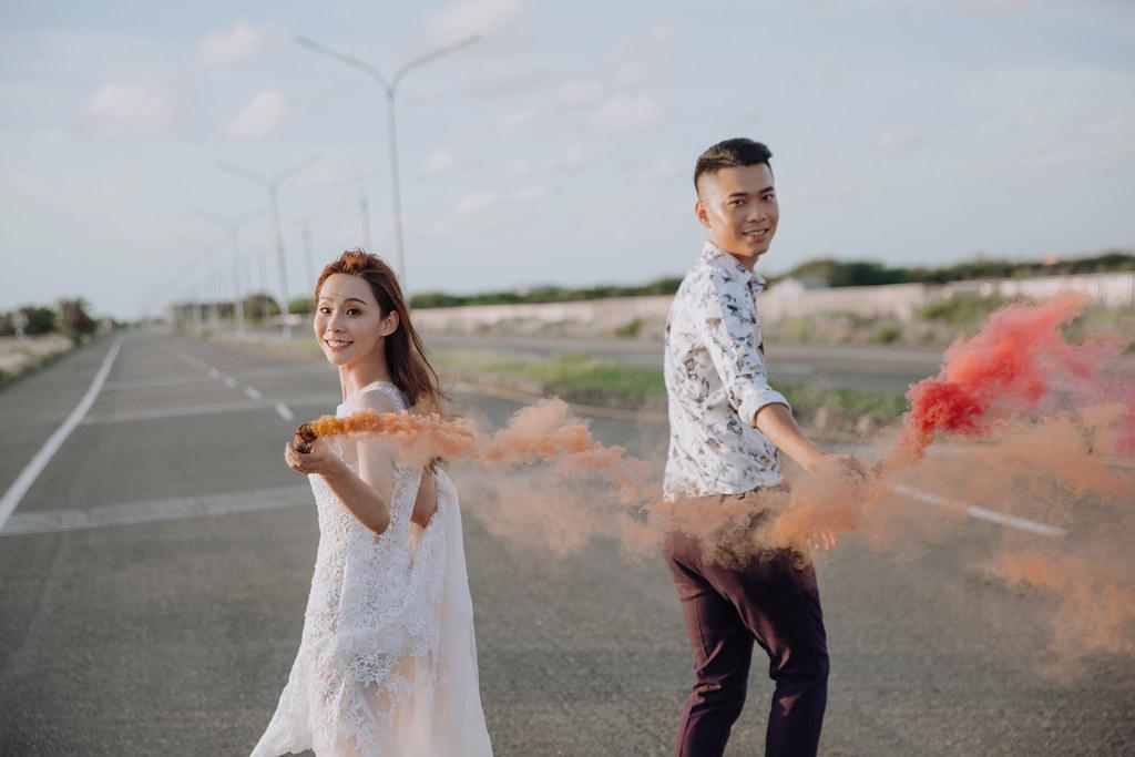 台南自助婚紗|唯美浪漫兼具個性街頭的彩色煙霧婚紗|Weiwan 手工婚紗-13