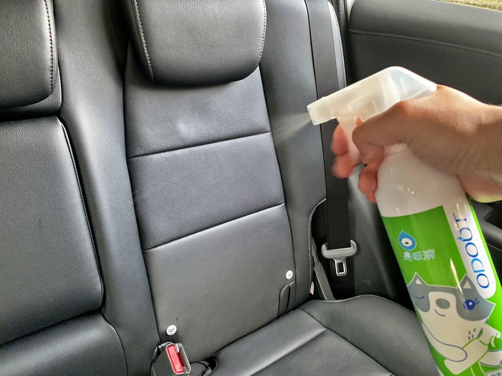 05_AVIS在車輛準備時也特別注重車內異味清潔,並使用臭味滾的專用洗劑、除臭噴霧清潔車內及寵物用品。