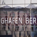 """Schrift """"Flughafen Berlin"""" auf den Glasfenster vom neuen Flughafen BER, der eine ewige Baustelle war"""