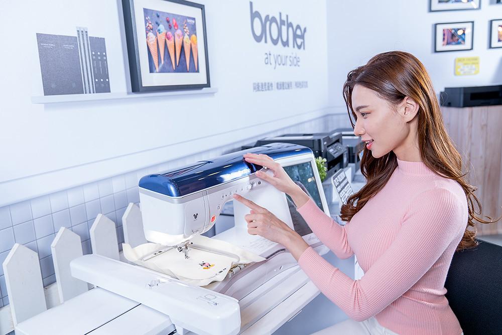 新品發佈現場展出Brother迪士尼縫紉刺繡兩用機XJ1,輕而易舉製作出大小朋友皆喜愛的作品!