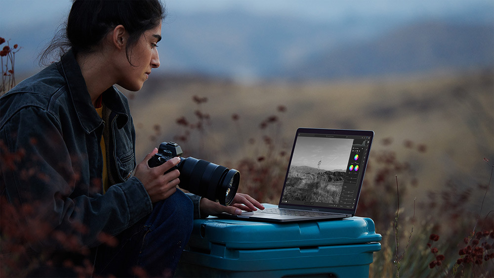 Apple_new-macbookpro-photographer-photo_11102020
