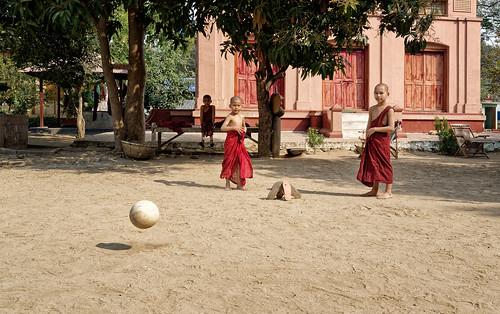 Jeux de ballon au monastère