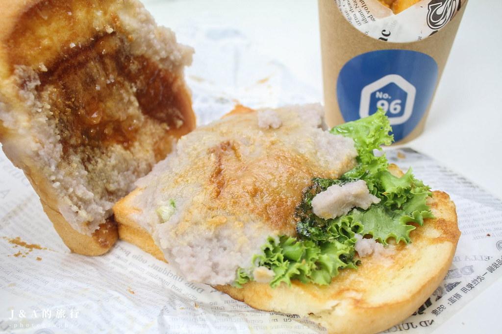 新開幕玖遛早吃。大份量鹹豬肉鐵板吐司、酥脆手工厚燒蛋捲餅,芋泥金沙、金沙薯條都吃得到! @J&A的旅行