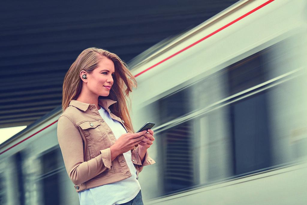 女性用戶在車站配戴Jabra Elite 85t 鈦黑款