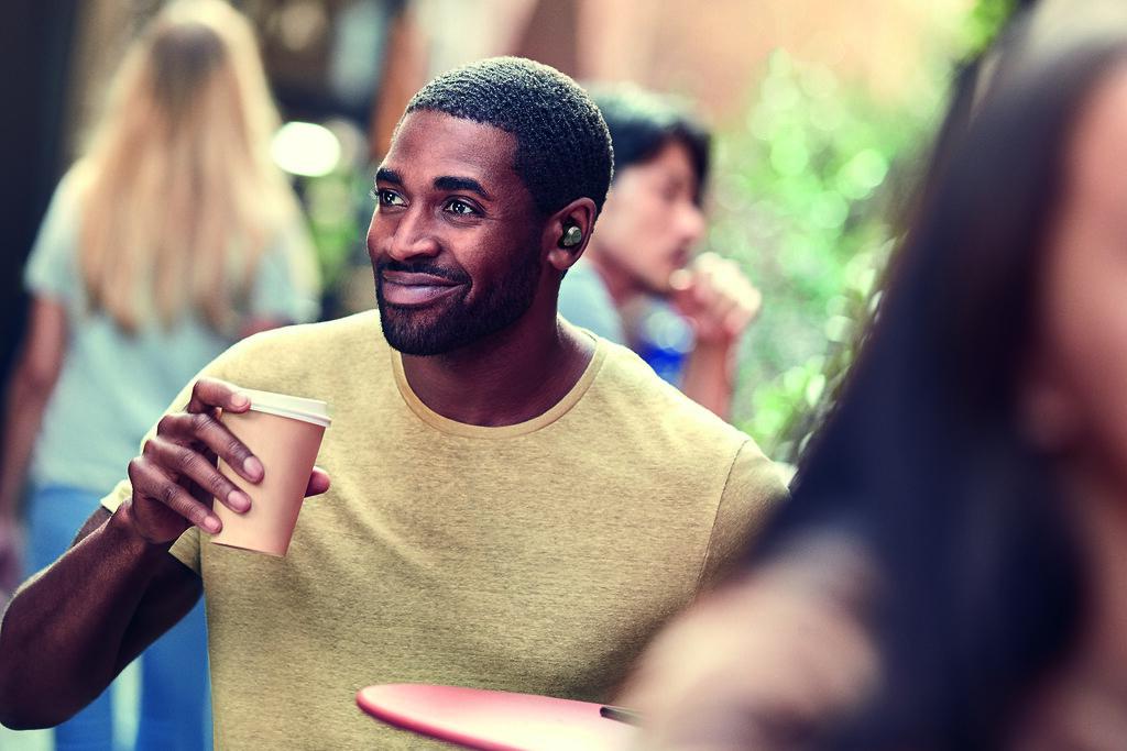 男性用戶手持咖啡配戴Jabra Elite 85t 鈦黑款