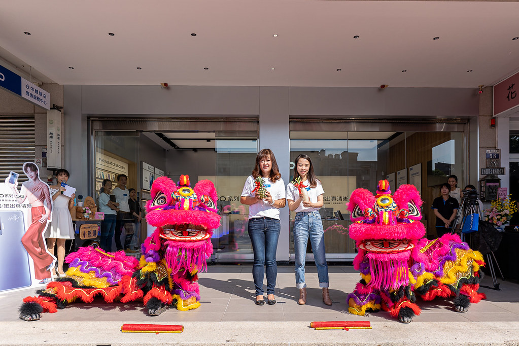 vivo台中一中體驗店開幕首日找來舞獅熱鬧開場,吸引滿滿人潮