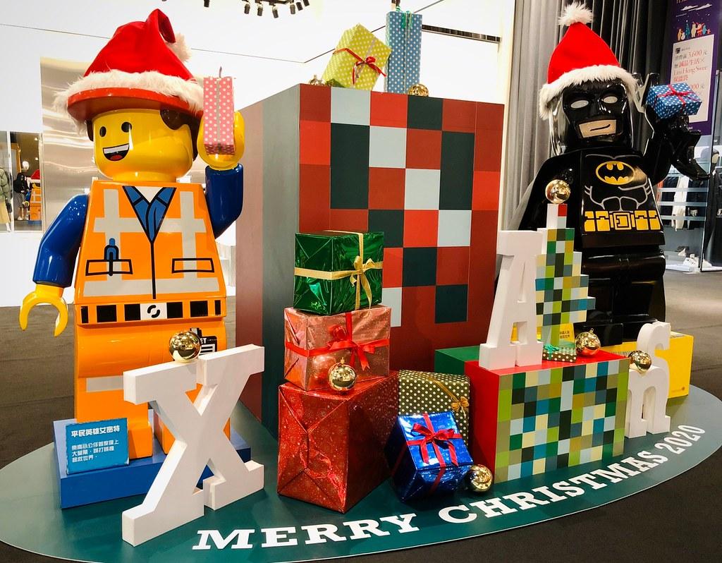 誠品生活信義店巨型蝙蝠俠人偶化身聖誕老人邀您打卡收藏。