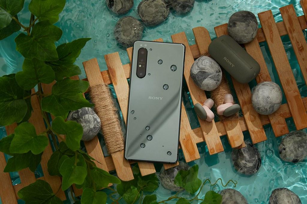 圖說五、Xperia 1 II鏡湖綠於台灣大哥大獨家販售,即日起購機還能將PS4 Dualshock 4遊戲搖桿一起帶回家!(1)