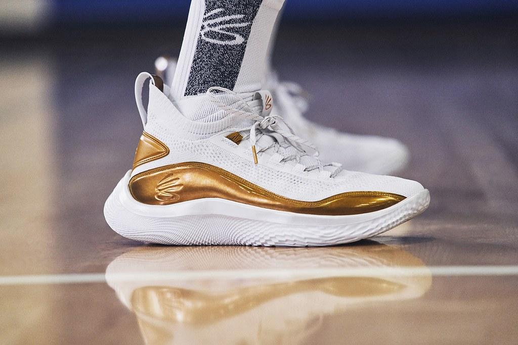 UNDER ARMOUR打造首雙使用創新 「UA FLOW」科技中底的籃球戰靴,捨棄傳統的橡膠外底、給予球鞋輕盈、敏捷、抓地及舒適四大非凡腳感!