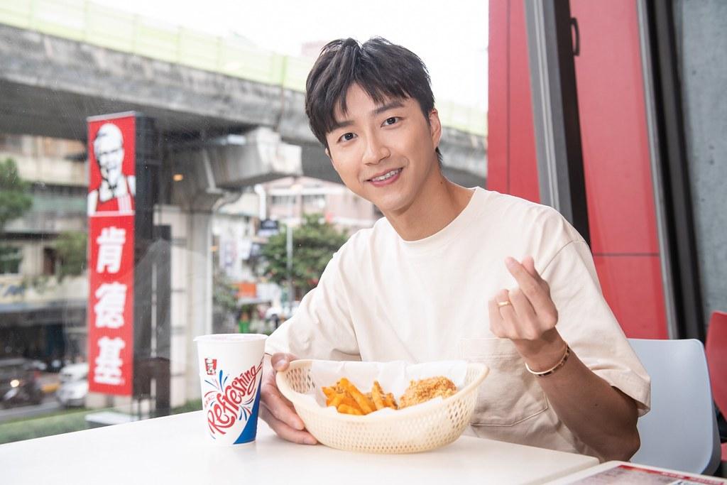 【新聞照片5】桌球名將江宏傑在第一時間響應肯德基愛心餐券認購公益活動