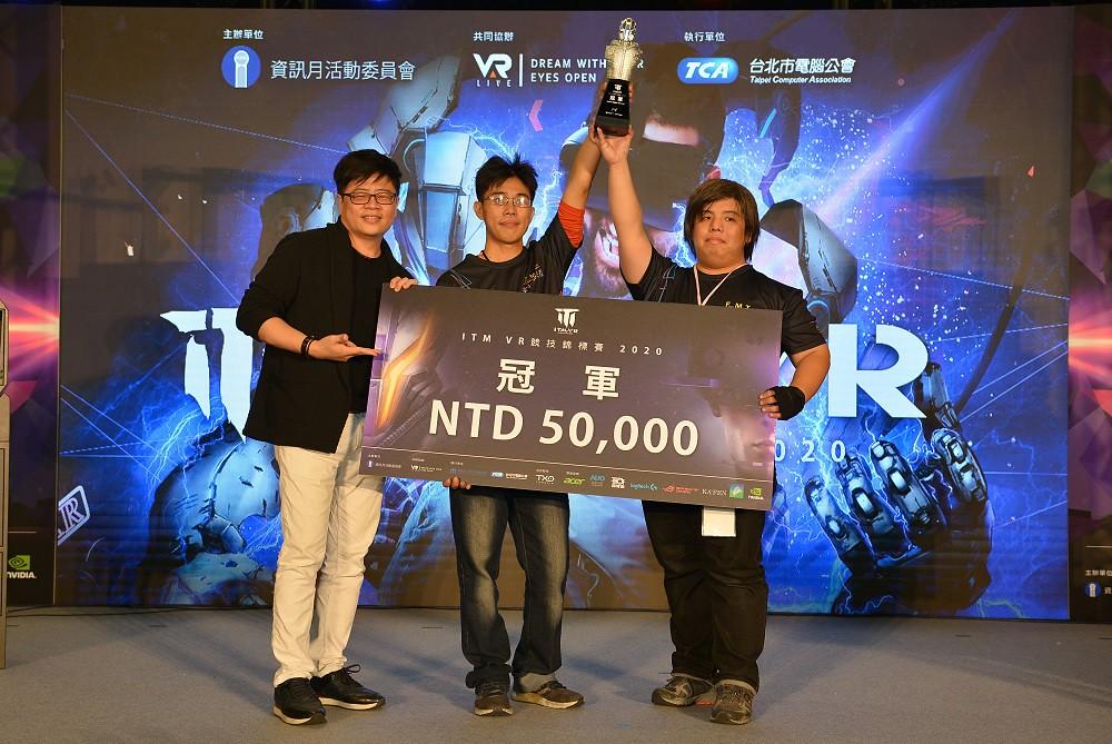 【圖二】VAR LIVE創辦人王樑華 頒發冠軍隊伍五萬元獎金及特製獎盃